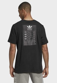 adidas Originals - TREFOIL EVOLUTION T-SHIRT - Print T-shirt - black - 1