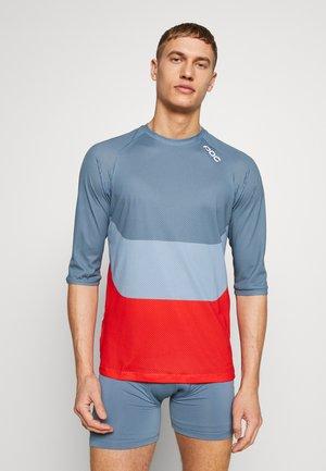 ESSENTIAL ENDURO LIGHT - Print T-shirt - calcite multi blue