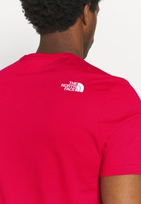 The North Face - M S/S EASY TEE - EU - T-shirt med print - rococco red - 3