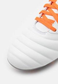 Umbro - TOCCO CLUB FG - Kopačky lisovky - white/carrot/frost gray - 5