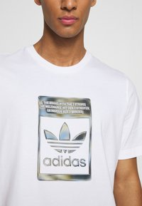 adidas Originals - CAMO INFILL TEE UNISEX - Print T-shirt - white - 5