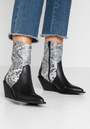 Cowboy/biker ankle boot - white/black