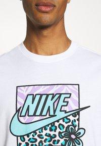 Nike Sportswear - TEE HIGH SUMMER - Print T-shirt - white - 5