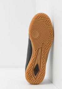Umbro - MEDUSÆ III LEAGUE - Scarpe da calcetto - black/carbon - 4