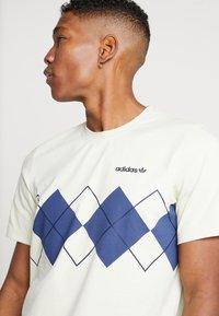 adidas Originals - ARGYLE TEE SHORT SLEEVE GRAPHIC TEE - Triko spotiskem - sand - 4