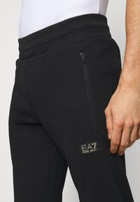 EA7 Emporio Armani - PANTALONI - Pantaloni sportivi - black - 6