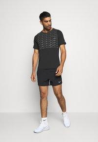 Nike Performance - RUN DIVISION RISE 365 - Print T-shirt - black/reflective silver - 1