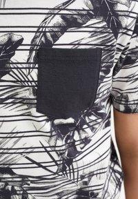 WE Fashion - MET STREEP- EN BLADERENDESSIN - Print T-shirt - grey - 2