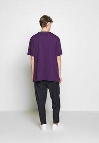 Vivienne Westwood - OVERSIZE - T-shirt basic - purple - 2