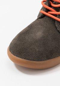 UGG - KRISTJAN - Volnočasové šněrovací boty - black/olive - 2