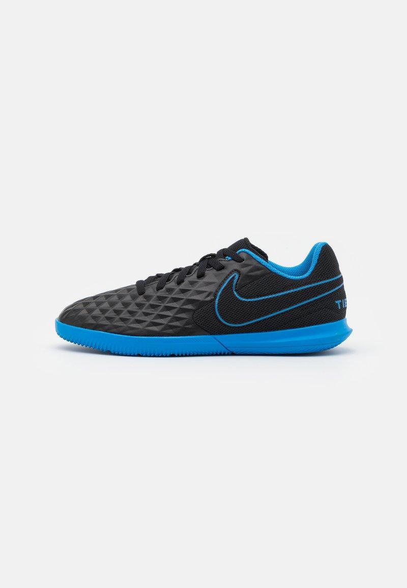 Nike Performance - TIEMPO JR LEGEND 8 CLUB IC UNISEX - Indoor football boots - black/light photo blue/cyber