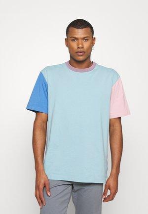 COLOURBLOCK - Print T-shirt - light blue/blue/salmon