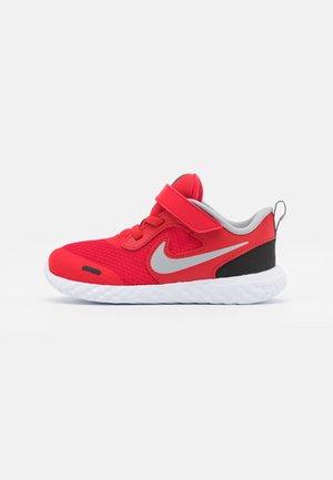 REVOLUTION 5 UNISEX - Neutral running shoes - universe red/light smoke grey/black/white