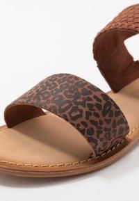 Vero Moda Wide Fit - VMPINOTA WIDE FIT  - Sandales - brown - 2