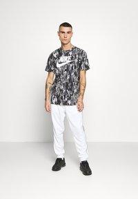 Nike Sportswear - REPEAT - Teplákové kalhoty - white - 1
