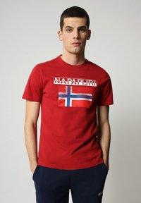 Napapijri - S-SURF FLAG - Print T-shirt - old red - 0