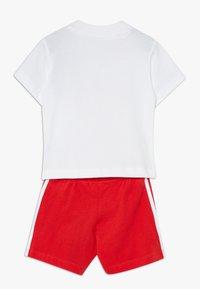adidas Originals - SET UNISEX - Shorts - white/lusred - 1