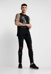 Brave Soul - VEGAS - Jeansy Skinny Fit - charcoal wash/red - 1