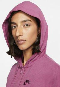 Nike Sportswear - MIT DURCHGEHENDEM REISSVERSCHLUSS - Felpa aperta - mulberry rose/villain red - 4