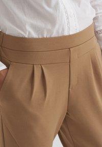 Cream - ANETT PANTS - Trousers - luxury camel - 4