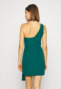 Forever New - ASSYMETRIC MINI - Koktejlové šaty/ šaty na párty - emerald - 2
