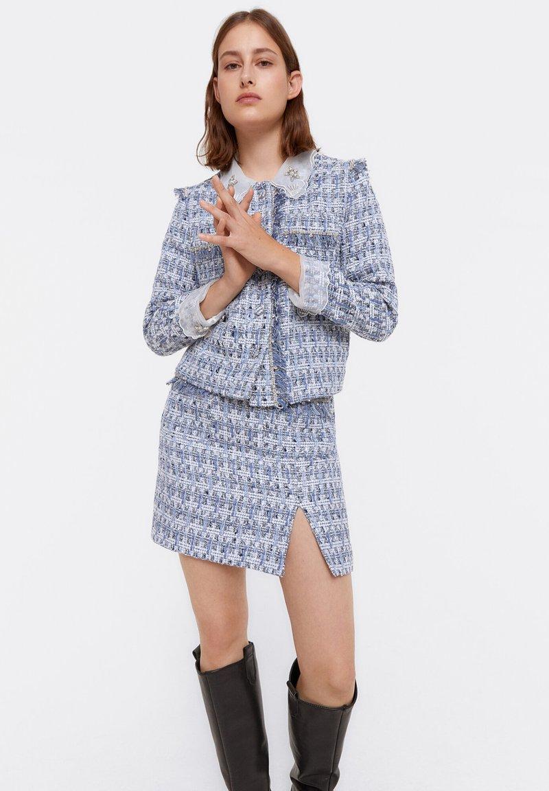 Uterqüe - MIT AUSGEFRANSTEN - Pleated skirt - blue