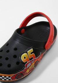 Crocs - FUN LAB DISNEY AND PIXAR CARS  - Pool slides - black - 5