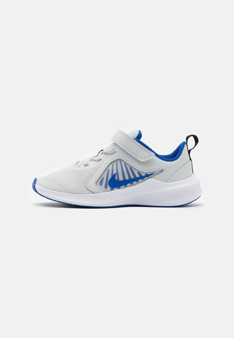 Nike Performance - DOWNSHIFTER 10 UNISEX - Neutrální běžecké boty - photon dust/game royal/speed yellow