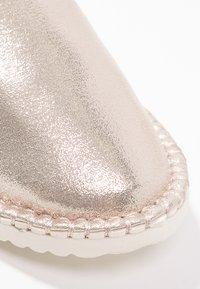 flip*flop - FLIPPADRILLA - Slippers - gold - 5