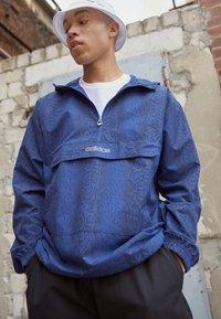 adidas Originals - WINDBREAKER - Giacca leggera - victory blue/black - 2