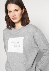 Tommy Hilfiger - RELAXED BOX  - Sweatshirt - light grey heather - 3