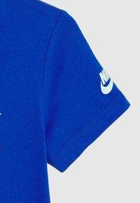 Nike Sportswear - 90'S BEACH PARTY TEE - Print T-shirt - game royal - 2