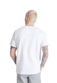 Timberland - SS LOGO PLAY - T-shirts print - white - 2