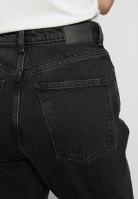 Weekday - MEG HIGH MOM WASHED BACK - Jeans Straight Leg - washed black - 4