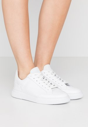 Trainers - plaster/white