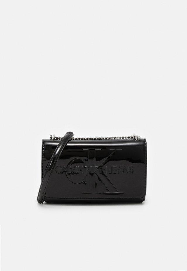 CONVERTIBLE FLAP PATENT - Sac bandoulière - black