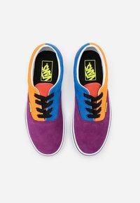 Vans - ERA UNISEX - Trainers - grape juice/bright marigold - 3