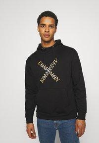 Common Kollectiv - SLASH HOOD UNISEX - Sweatshirt - washed black - 0