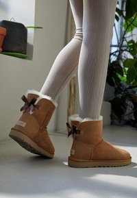 UGG - MINI BAILEY BOW - Stiefelette - chestnut - 4