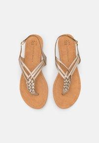 South Beach - PLAITED - Sandály s odděleným palcem - gold - 4