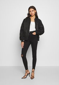 Missguided - SINNER HIGHWAISTED DESTROYED - Jeans Skinny Fit - black - 1