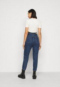 Glamorous Petite - POINTELLE SHORT SLEEVE CROP - Print T-shirt - cream - 2