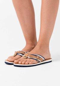 s.Oliver - SLIDES - Sandály s odděleným palcem - navy - 0