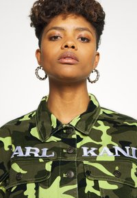 Karl Kani - SHORT CAMO TRUCKER JACKET - Džínová bunda - green - 6