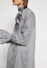 Victoria Victoria Beckham - TIE NECK DRESS - Freizeitkleid - grey - 3