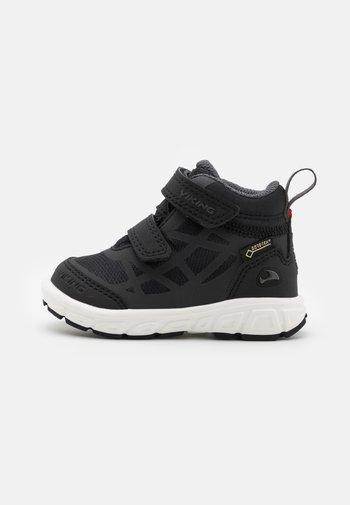 VEME MID GTX UNISEX - Hiking shoes - black/charcoal
