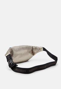 BOSS Kidswear - BUM BAG - Riñonera - golden - 1