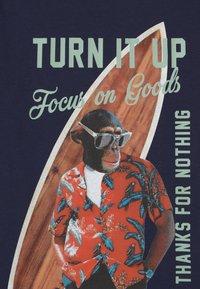 Kaporal - SURFING MONKEY - Print T-shirt - navy - 2