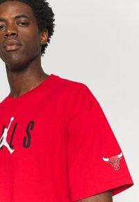 Nike Performance - NBA CHICAGO BULLS JORDAN STATEMENT TEE - Klubbkläder - university red - 4