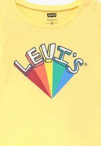 Levi's® - GRAPHIC - Camiseta estampada - pale banana - 3